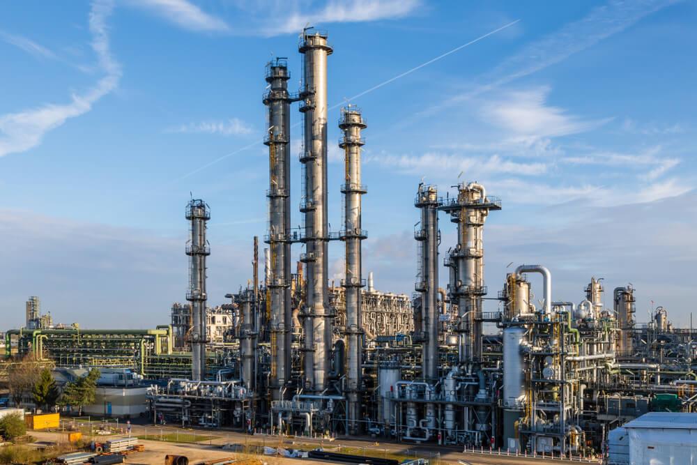 Oil Prices Strengthen, Stockpile Weakens